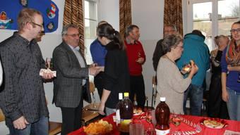 Gemeindeschreiber ad interim Gottfried Steigmeier nimmt Neujahrswünsche entgegen.