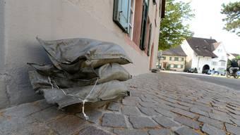 In Muttenz stehen Sandsäcke für allfällige Überschwemmungen bereit - sie werden aber nicht an die Bevölkerung abgegeben.