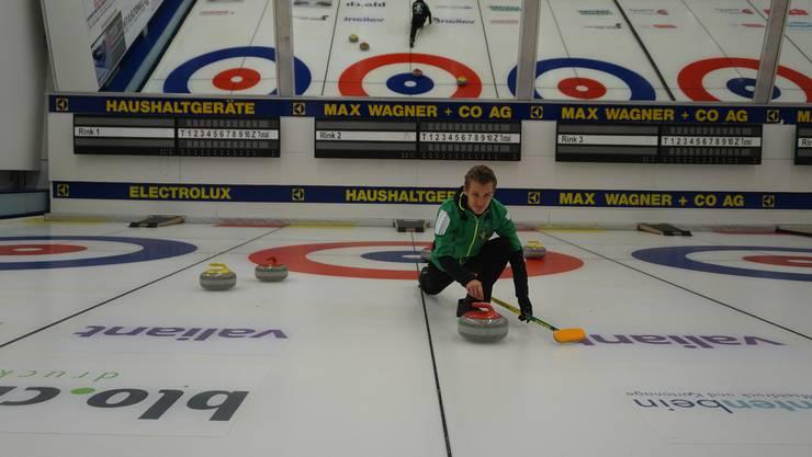 Samstagmorgen in der frisch renovierten Curling-Halle in Arlesheim: Bastian Brun schiebt am Wochenende eine Extraschicht.