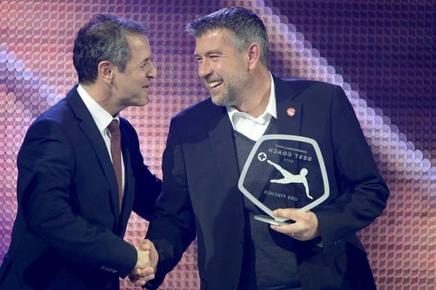 Urs Fischer ist der Trainer des Jahres 2014 – den Preis erhält er von Marcel Koller
