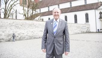 Roland Wunderli vor dem Kloster Wettingen: Man kann es sich kaum vorstellen, aber er wollte einst Priester werden.