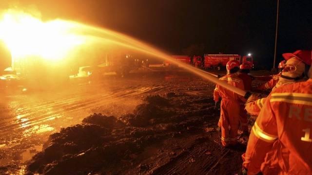 Löscharbeiten nach dem Angriff auf die Tanklaster der NATO nördlich von Peshawar
