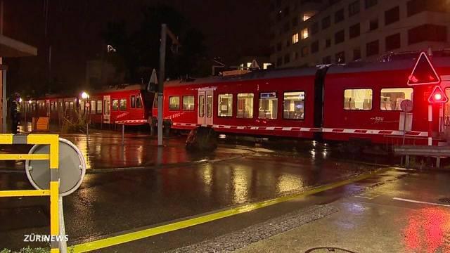 Velofahrerin knallt in Zug