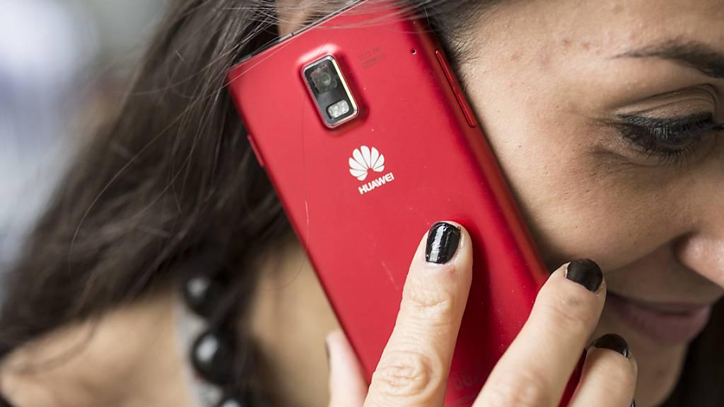 Der Telefonhersteller Huawei hat ein neues Betriebssystem lanciert und will sich damit neben grossen Playern wie Apple und und Google Android etablieren. (Symbolbild)