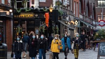 Menschen tragen Mund-Nasen-Schutz und gehen in Covert Garden. Londons Bürgermeister Khan kündigte weitere Maßnahmen angesichts rapide steigender Corona-Infektionzahlen an. Angehörige verschiedener Haushalte in Innenräumen nicht mehr treffen. Foto: Dominic Lipinski/PA Wire/dpa