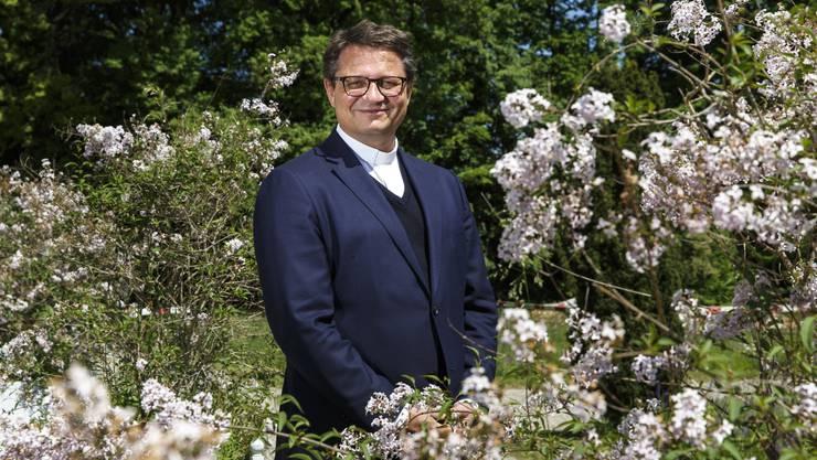 «Es ist nicht die Aufgabe der Kirche, das politische Geschehen zu gestalten.»: Der Bischof von Basel, Felix Gmür, im Garten seines Bischofssitzes in Solothurn.