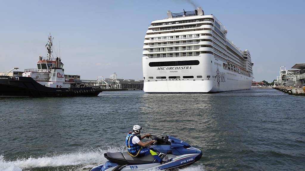 Das Kreuzfahrtschiff MSC Orchestra legt ab. Es ist das erste Kreuzfahrtschiff, das Venedig seit der Corona-Pandemie verlässt.