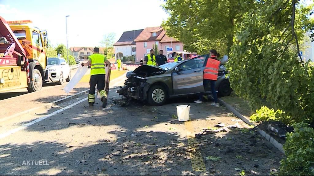 Zwei Autodiebe fahren gestohlenen Mercedes zu Schrott und ergreifen anschliessend die Flucht