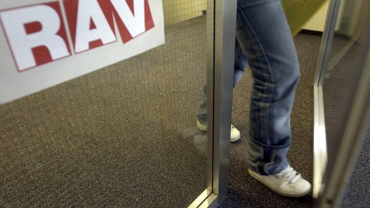 Die Zahl der auf den RAV's abgemeldeten Stellensuchenden steigt.