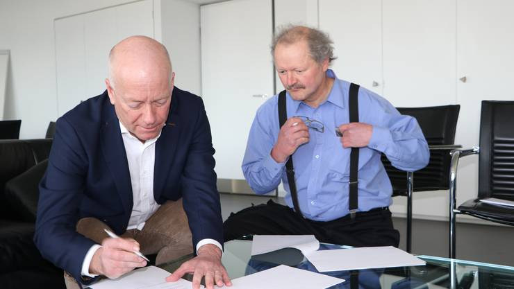 Stadtpräsident Martin Wey, rechts Grundeigentümer Sigmund Bachmann.