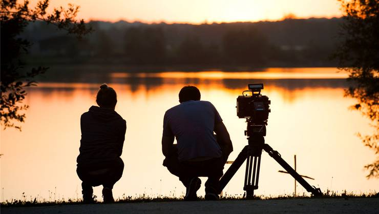 Regieassistentin Alina Hunkeler (links) und Schauspieler Alexander Davies bei den Dreharbeiten zu «Tetro Rouge».