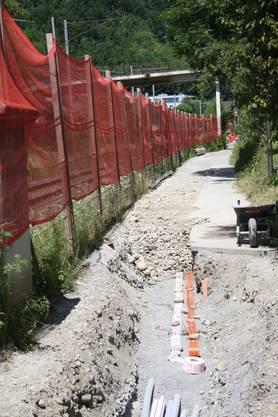 Zwischen SBB-Gleis und Veloweg ist ein Sicherheitsnetz gespannt worden