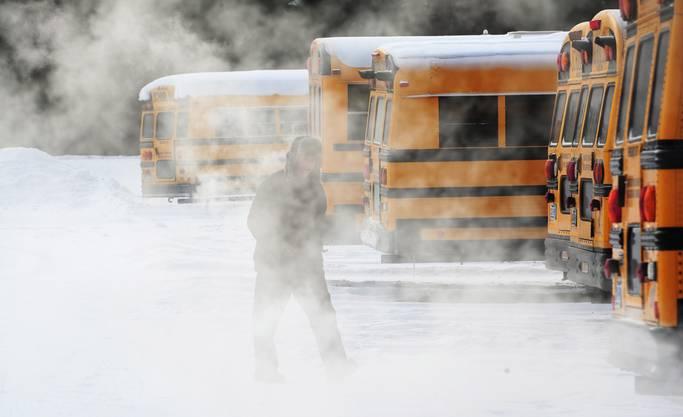 Die Schulbusse haben ebenfalls mit der Kälte zu kämpfen.