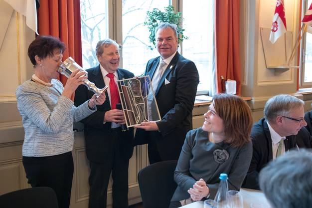Regierungsrätin Esther Gassler (links) trinkt als Vater Bastian 2017 vom Becher, welcher ihr der Vorgänger Ueli Augsburger (2. v. l.) übergeben hat