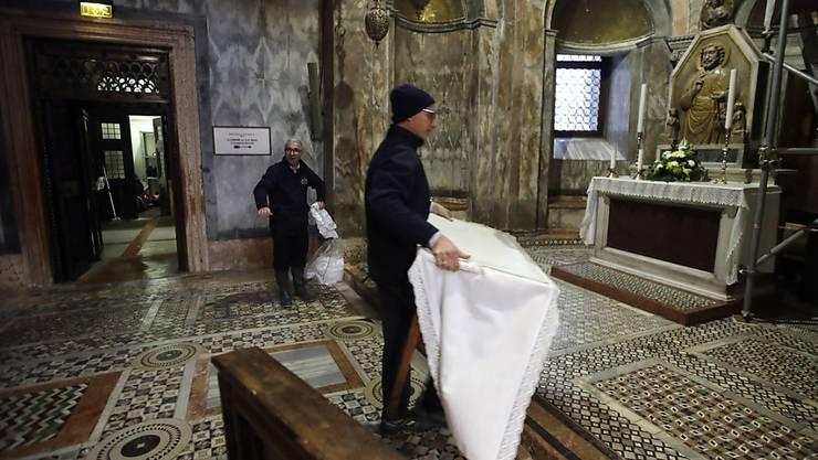 Aufräumarbeiten im Markusdom in Venedig nach dem verheerenden Hochwasser der vergangenen Tage.