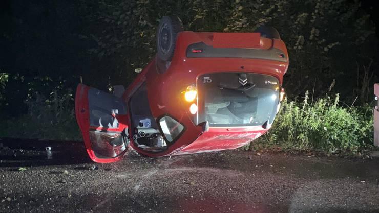 Das Fahrzeug kam auf dem Dach zum Stillstand, verletzt wurde dabei niemand.