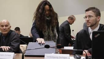 Die mutmassliche Rechtsterroristin Beate Zschäpe trifft zur Verhandlung im Gericht ein.