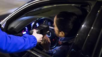 Acht Autolenker zog die Aargauer Polizei in der Nacht auf Sonntag aus dem Verkehr. (Symbolbild)