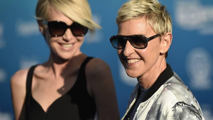 Ellen DeGeneres (l) - hier mit ihrer Frau Portia de Rossi - hat eine Gospel-Sängerin aus ihrer Show ausgeladen, nachdem diese eine Hasspredigt gegen gleichgeschlechtliche Partnerschaften gehalten hatte. (Archivbild)