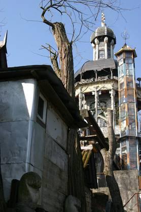 Modischer Kurzhaarschnitt: Die kahlgeschorenen Bäume lassen Webers Werke zum Vorschein treten.