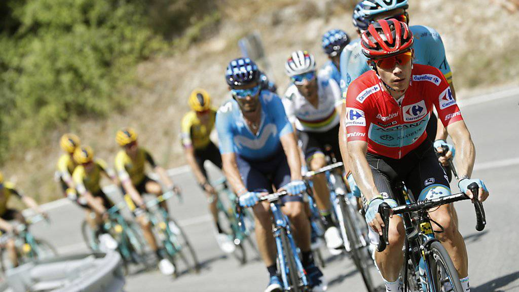 Der Kolumbianer Miguel Angel Lopez (vorne) ist das rote Leadertrikot der Vuelta bereits nach einem Tag wieder los