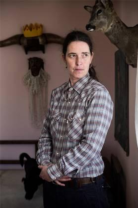 Wird ungern als sie selber fotografiert: Die Künstlerin Sandra Knecht in ihrem Wohnzimmer ...