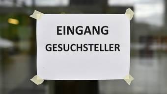 Plakat beim Bundesasylzentrum in Zürich.