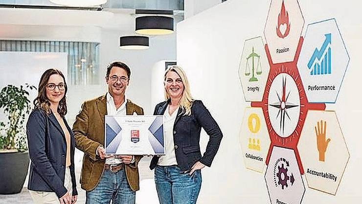 Thomas A. Tóth und Gabriella Schraner von der Tillots Pharma AG nehmen das GPTW-Zertifikat von Leah Martorelli entgegen. Bild: zvg