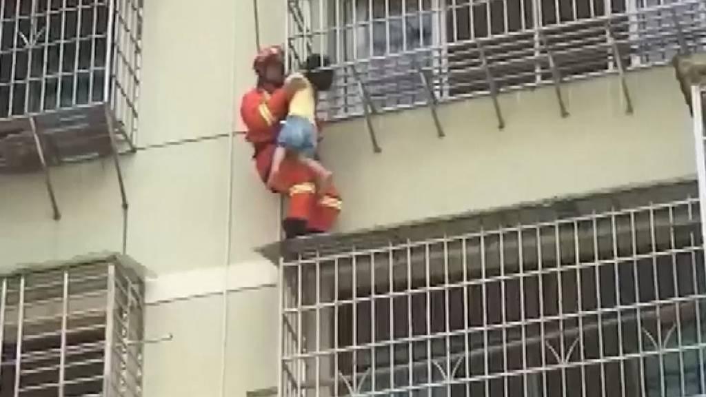 Glück im Unglück: Geländer rettet chinesischem Mädchen das Leben