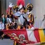Hellebardier David Meier legt seinen Eid ab. Päpstliche Schweizergarde/Oliver Sittel