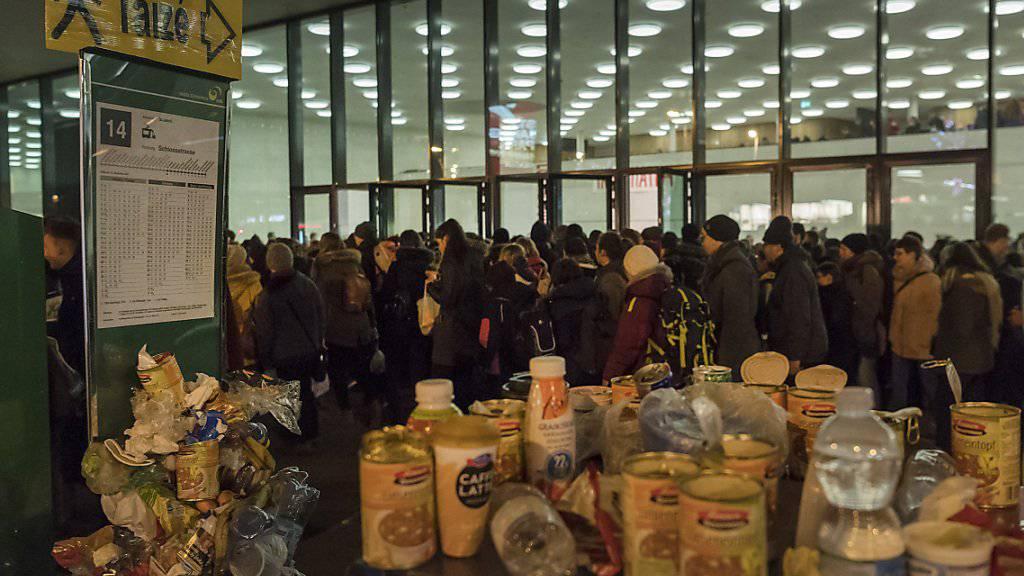 Tausende junge Christen versammeln sich am Donnerstagabend beim Taizé-Treffen zum Gebet.