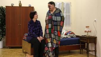 Immobilienverkäufer und Lebemann Martin Schock (Adi Tinner) und Schwester Margrit (Ursula Barth) kommen sich im Theaterstück näher.