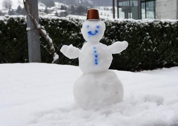 Schneemann vor einem Büro in Frick