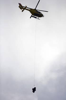 Der Helikopter bringt Vonn Minuten später ins Spital.