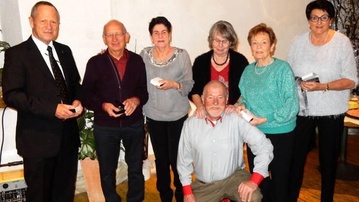 Die ehemaligen Mitarbeiter Paul Schmider (40 Dienstjahre), Paul Bütler (37), Gertrud Lanz (30), Röbi Keller (23), Christa Rosenau (29), Diana Archer (29) und Ruth Iten (20) arbeiteten zusammen 214 Jahre für die Polytronic und wurden an der Weihnachtsfeier mit einer Ehrenmedaille für ihr Engagement geehrt. ZVG