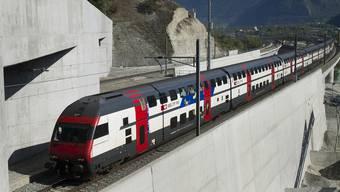 Ein Zug auf der Südseite des Lötschberg-Basistunnels (Archiv)
