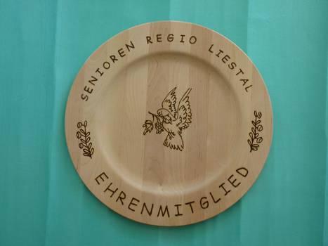 Hanspeter Eppler gestaltet diese Holzteller selber mit Brandmalerei.  Quelle: Hanspeter Eppler