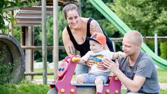 Sie arbeitet fünf Tage die Woche, wie schon ihre eigene Mutter: Philomena Maier mit Sohn und Mann.