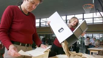 Wahlhelferinnen in einem Abstimmungslokal.