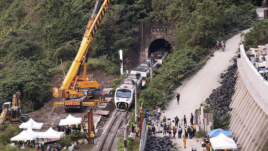 Rettungskräfte entfernen ein Teil eines entgleisten Zuges. Bei einem schweren Zugunglück in Taiwan sind am 02.04.2021 mindestens 51 Menschen ums Leben gekommen.