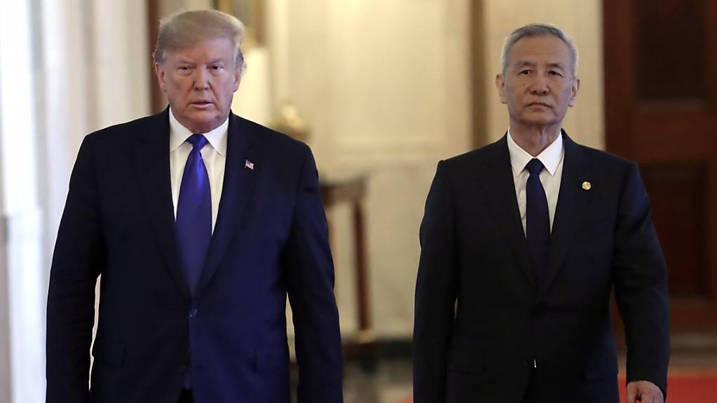 US-Präsident Donald Trump und Chinas Vizepremier Liu He auf dem Weg zur Unterzeichnung eines Teilabkommens zur Beilegung des Handelsstreits der beiden Länder.