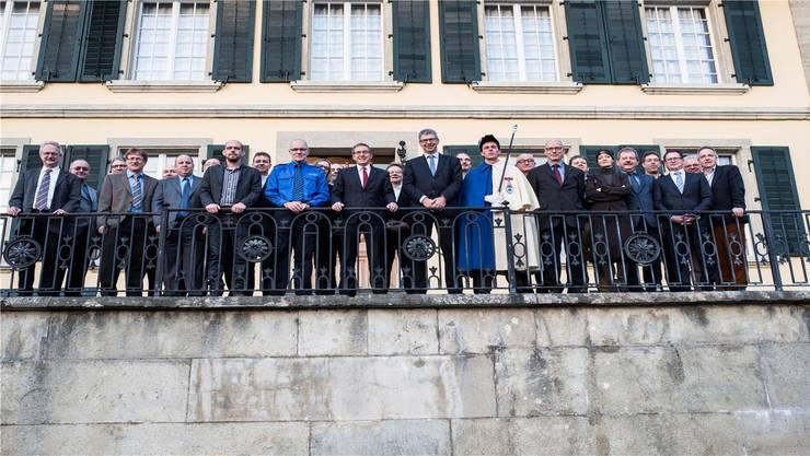22 Vertreter der Gemeinden, die ihre Sicherheitsdienstleistungen von der Regionalpolizei Lenzburg beziehen, posieren mit Landammann Urs Hofmann und Repol-Chef Ferdinand Bürgi.