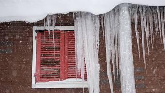 Schneegestöber und Eiszapfen in Andermatt.