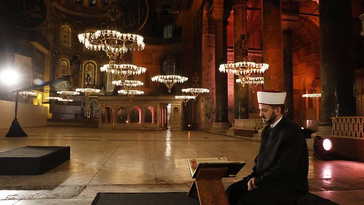 ARCHIV - Die Hagia Sophia aus dem 6. Jahrhundert steht im Mittelpunkt einer hitzigen Debatte zwischen konservativen Gruppen, die es in eine Moschee umwandeln wollen, und jenen, die glauben, dass das Weltkulturerbe ein Museum bleiben sollte. Foto: -/AP/dpa