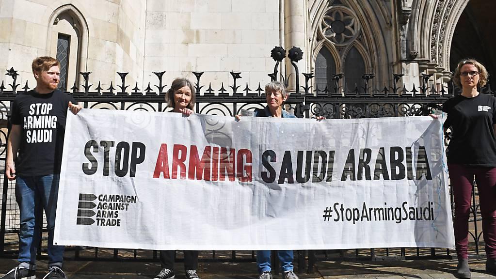 ARCHIV - Aktivisten der Campaign Against Arms Trade protestieren im Juni 2019 in London gegen britische Waffenexporte an Saudi-Arabien. Foto: Stefan Rousseau/PA Wire/dpa