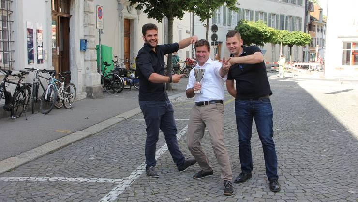 Auch das symbolträchtige Chriesistei-Speuze wird nicht tierisch ernst genommen, wie das Siegertrio zeigt: Sieger Patrick Schwaller (mit Pokal), Dominik Tschanz (2.) und Fabio Steiner (3.).