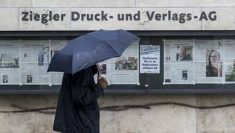 Düstere Aussichten, der Regenschirm hilft auch nicht mehr. Die Ziegler Druckerei wird geschlossen. (Archivbild)