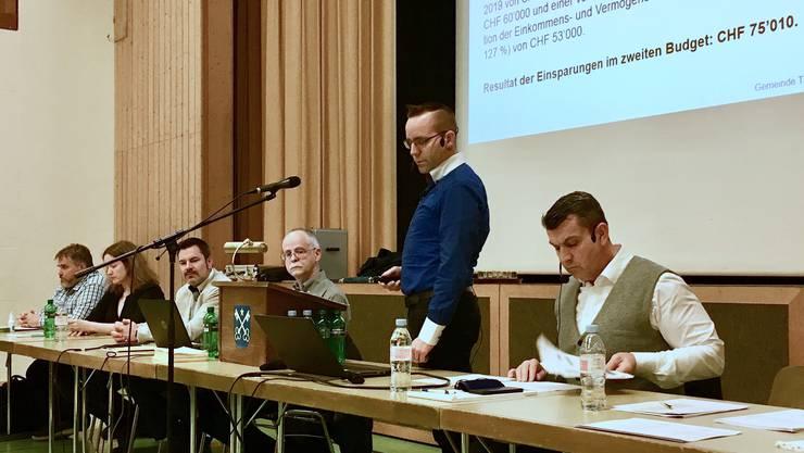 Ein entschlacktes Budget vorgelegt: Gemeindeammann Beat Nietlispach, Gemeinderat Christian Vogel und Gemeindeschreiber Rolf Meier an der ausserordentlichen Gemeindeversammlung in Tägerig.