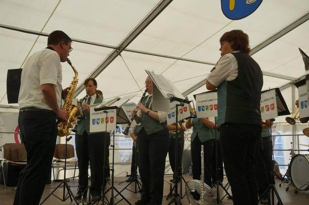 Die Kreismusik Limmattal spielt zu Ehren der Jubilaren am Dorfplatzfest.