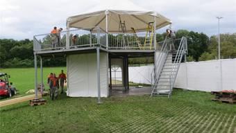 Die Aufbauarbeiten für das 110. Aargauer Kantonalschwingfest 2016 auf der Lenzburger Schützenmatte sind voll im Gang. (zVg)